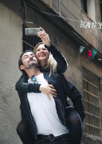 Novia hace una selfie a su novio y a ella mientras la novia se encuentre en hombros de él