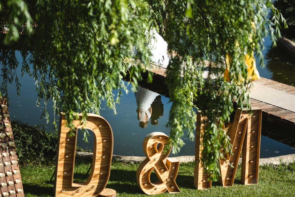 La ceremonia de boda está por realizarse, padre y novia se reflejan en el agua camino al altar