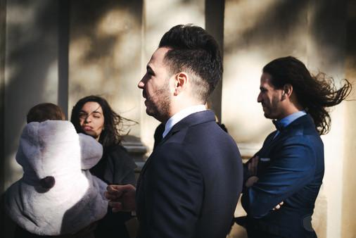 El viento golpea fuerte los cabellos de los invitados a una boda luego de la ceremonia