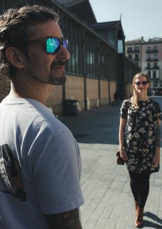 Novio mira hacia su derecha mientras la novia lo mira, encontrandose en barrio El Born de Barcelona