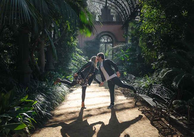 Novios besándose al interior de un invernadero en el Parc de la Ciutadella en Barcelona