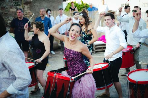La novia toca alegre el tambor junto a sus invitados