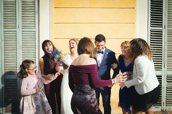 Novios ríen junto a sus invitados al momento de hacerse las fotografías luego de la ceremonia