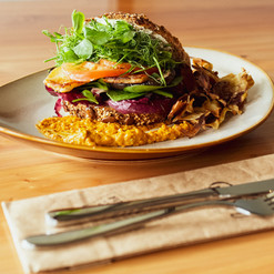 Sandwich au poulet mariné citron, légumes croquants et houmous à la butternut