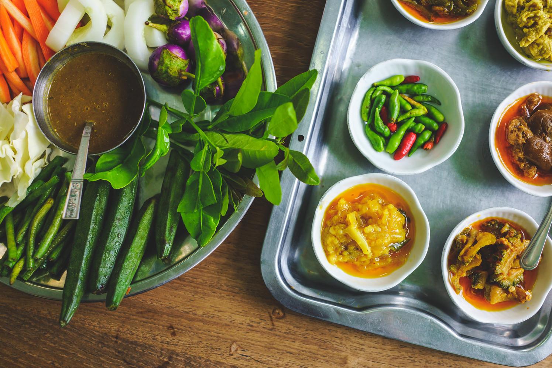 Assortiments de sauces et de légumes (Myanmar)