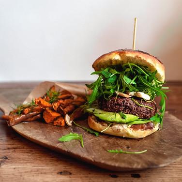 Burger et frites de patates douces, steack végétarien à la betterave