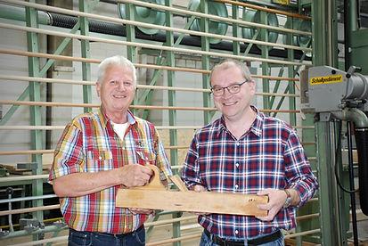 Max Schreier, Holzbau Solothurn AGübergibt den Hobel an Kurt Stalder, Schreinerei Langendorf AG.