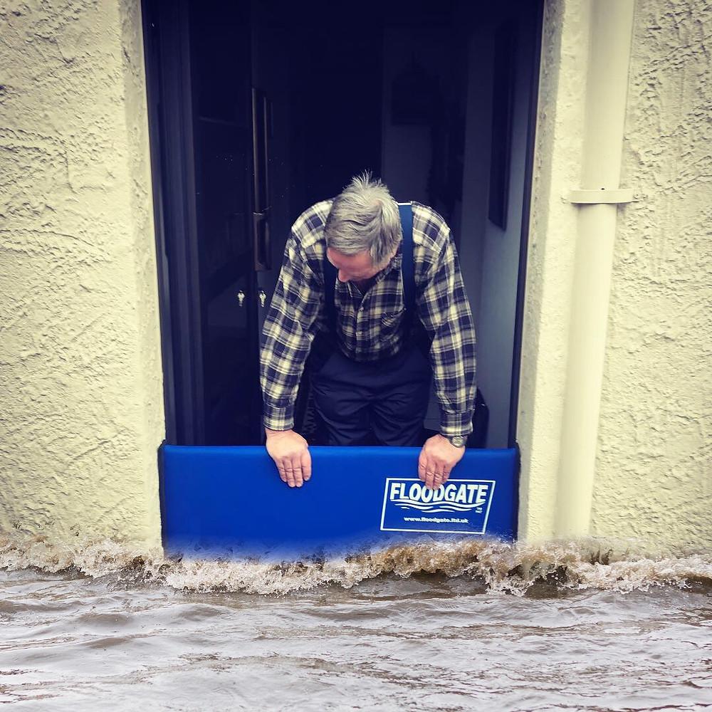 👉🏼 Wer möchte noch sein Haus vor Starkregen schützen? Wir empfehlen eine mobile Wassersperre, zum Beispiel unsere Floodgate. Alles andere ist nicht mobil!  Ist in zwei Minuten installiert - ohne bauliche Massnahmen - und dort wo Sie gebraucht wird!  Das nennen wir mobil ✅ Sollte in keinem Gebäude fehlen. PS: Die Gebäudeversicherungen übernehmen bis zu 40% der Kosten - je nach Kanton. Jetzt mehr Infos auf www.vogt.tools  #wassersperre #floodgate #vogt #vogttools #starkregen #oberflächenabfluss #unwetter #hochwasser #schutz #eigenheim #regen #wasser #vorsorge #schweiz #bern #zürich #luzern #aargau #solothurn #wallis #tessin #bäckerei #kleiderladen #uhrenladen #feuerwehr #gebäudeversicherung #natur #naturgefahren #blogger #instagood