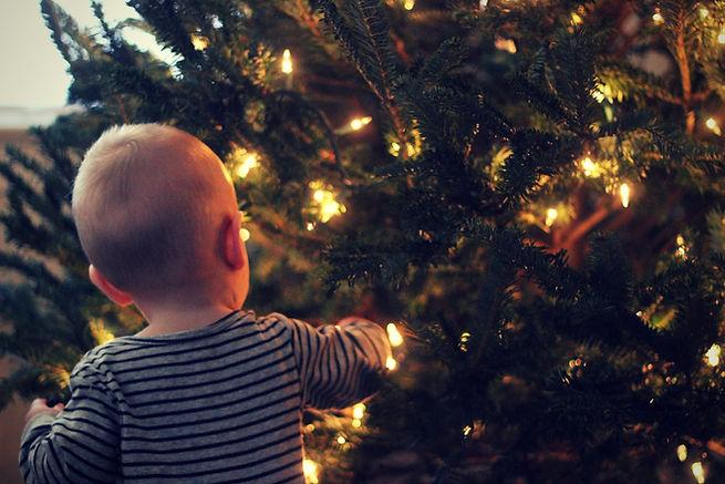 Bebé admirando un árbol de navidad