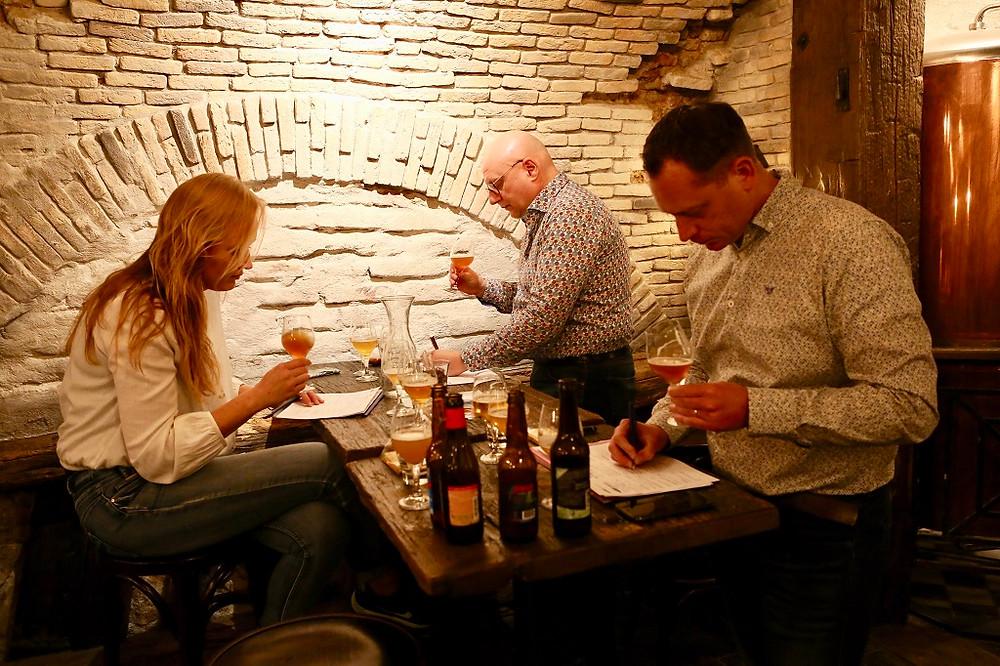 Drie biersommeliers bij het proeven van alcoholvrij bier.