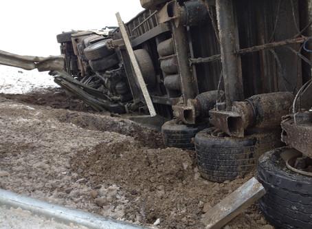 Біля Припруття вантажівка злетіла з дороги, водій в лікарні: відео