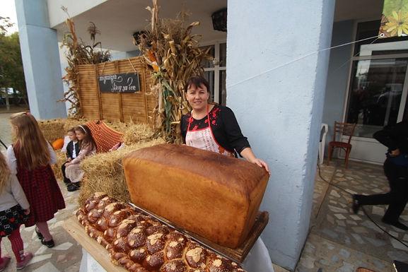Новосельчан пригощали тортом, який важив центнер