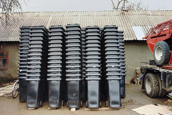Новосельчани отримали безкоштовні контейнери для роздільного збирання сміття