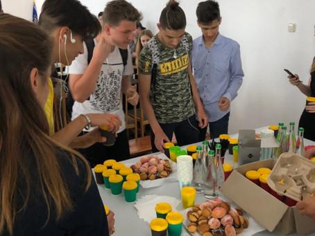 Школярів новоселиччини пригощали кавою-латте в податковій