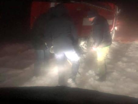 Вчора із снігових заметів автомобілі витягали спецтехнікою (відео)