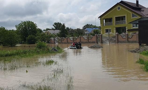 Міська рада та підприємці допомагають жителям, відрізаним великою водою