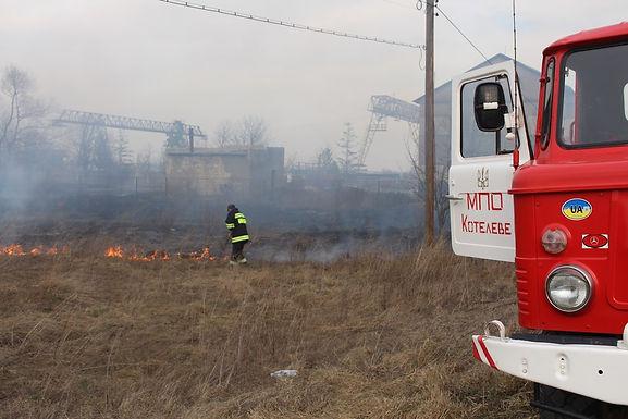 У Новоселиці через спалювання сухої трави горять споруди