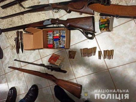 У Боянах вилучили арсенал зброї і наркотики