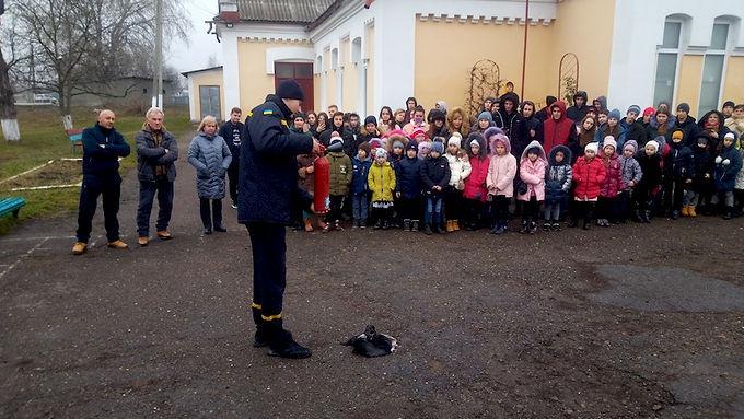Учні і вчителі опановували вогнегасники і вичли правила безпеки