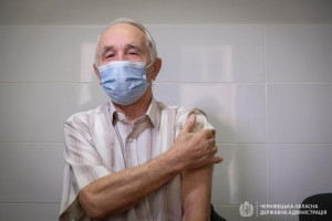 У Чернівецькій області влада пропонує вакцінуватись тим, кому за 80
