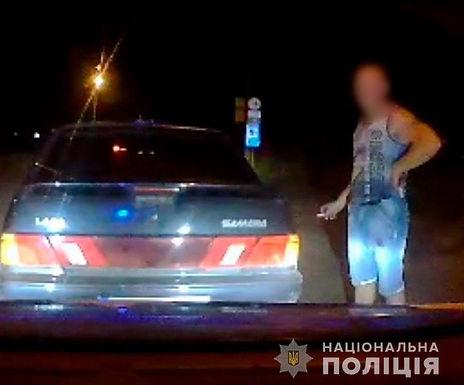 У Магалі п'яний хотинчанин намагався підкупити патрульних