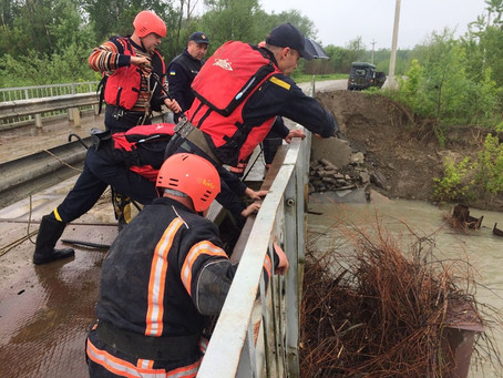 Рятувальники звільняли міст від сміття