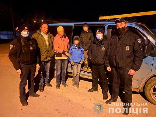 Біля Чорнівки поліцейські в лісі розшукали жінку з дітьми, що заблукали