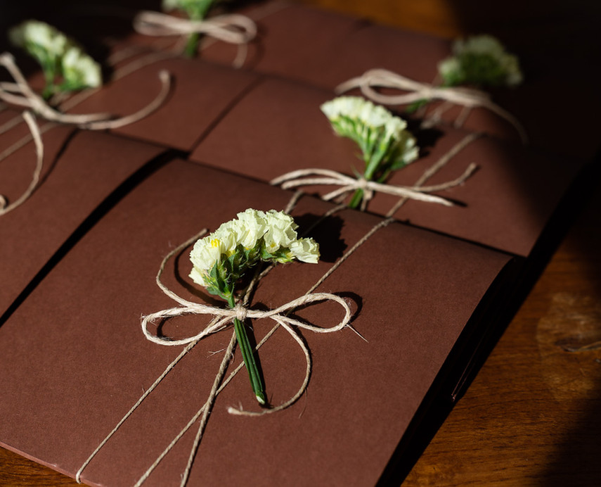 Presentación especial de invitación de boda en madera