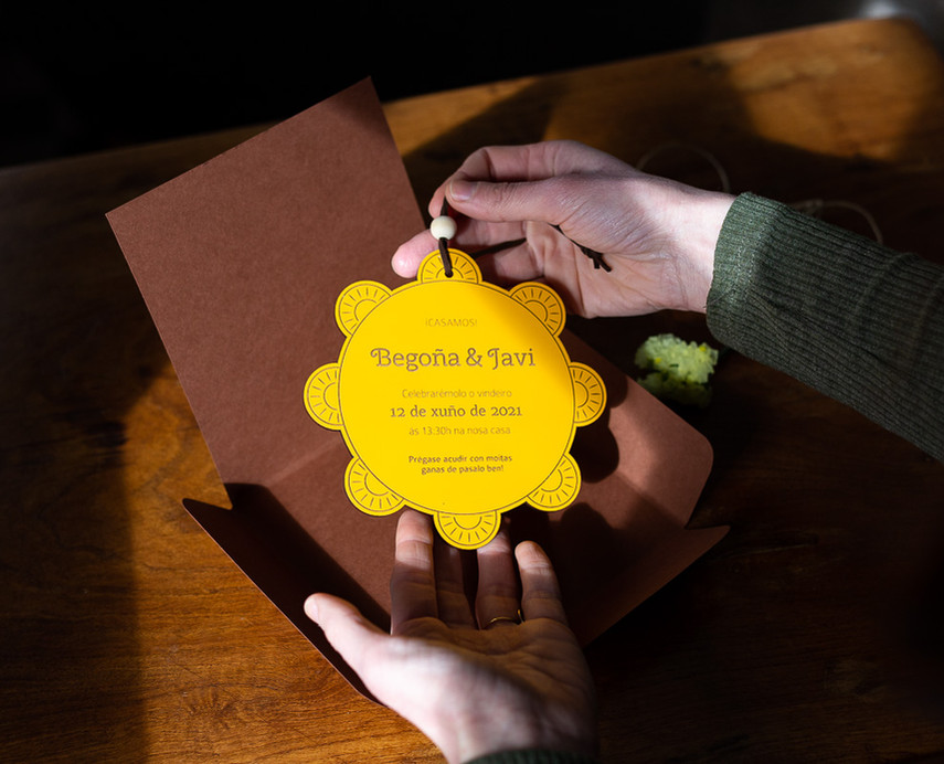 Invitación de boda personalizada en madera troquelada