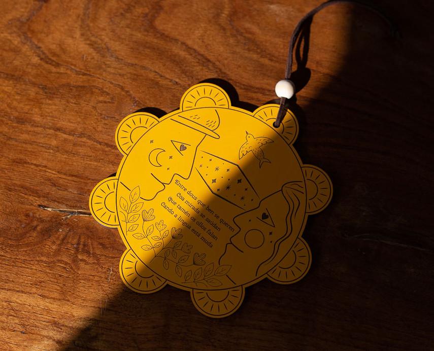 Invitación de boda personalizada en madera troquelada. Invitación exclusiva con forma de pandereta