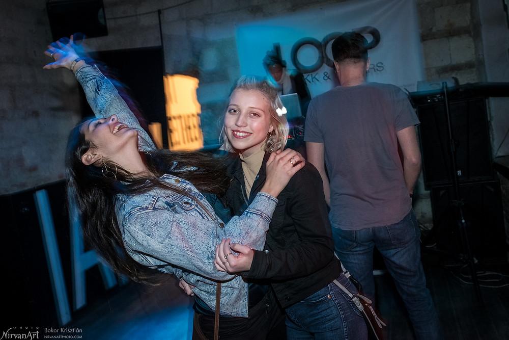 fotó két lányról egy buliban