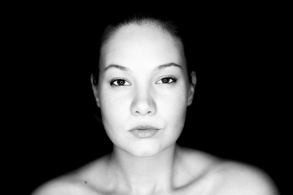 fekete fehér portré fotó egy lányról