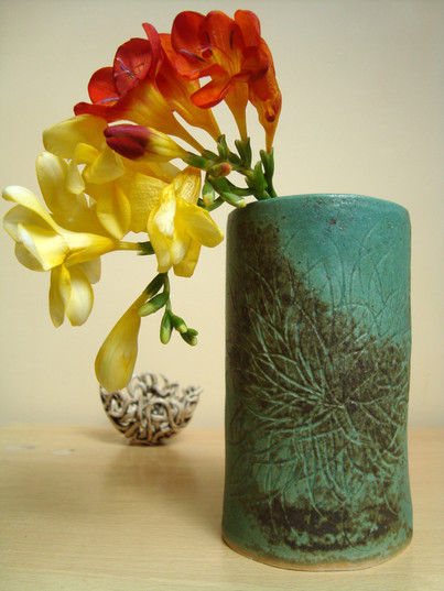 green vase med high, wide, natural carve