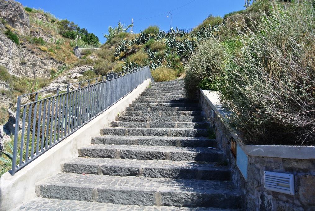 Die Treppen zur Sorgeto Bucht