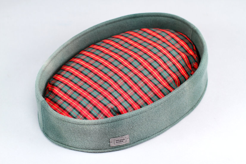 Limited edition! Cloudy wool felt oval bed with funky pillow