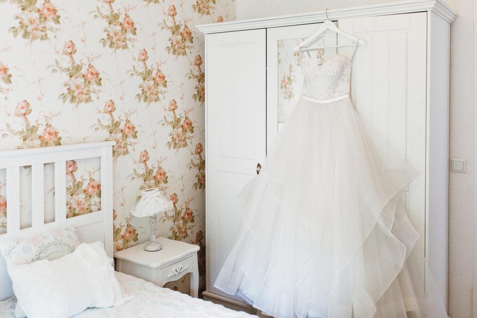 Brautkleid im Vintagezimmer