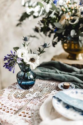 Detailaufnahme Spitzentischtuch und Blumen