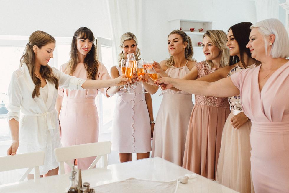 Anstoßen Braut und Brautjungfern