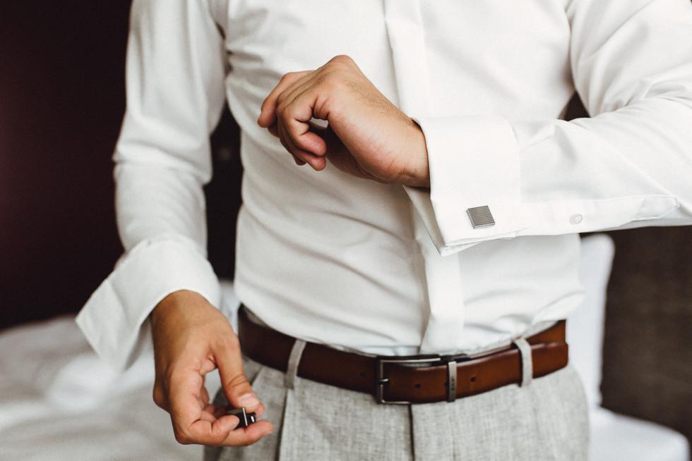 Detailaufnahme der Manschettenknöpfe am Hemd des Bräutigams