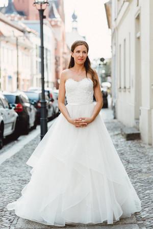 Braut in Brautkleid mit Tüll