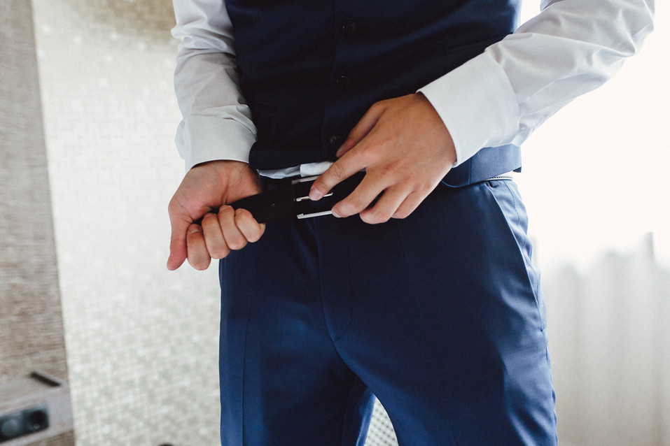 Bräutigam zieht den Gürtel an