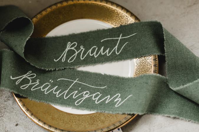 Tischkarte als Band mit Kalligraphie