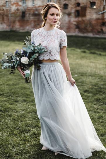 Braut mit Tüllrock und Spitzenoberteil