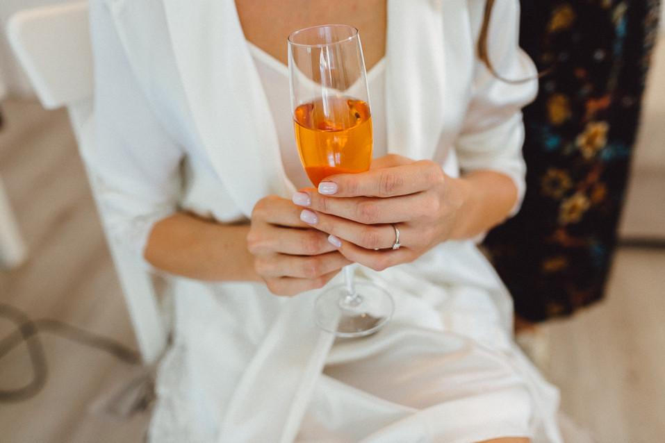 Detailaufnahme Braut mit Sektglas beim Getting Ready