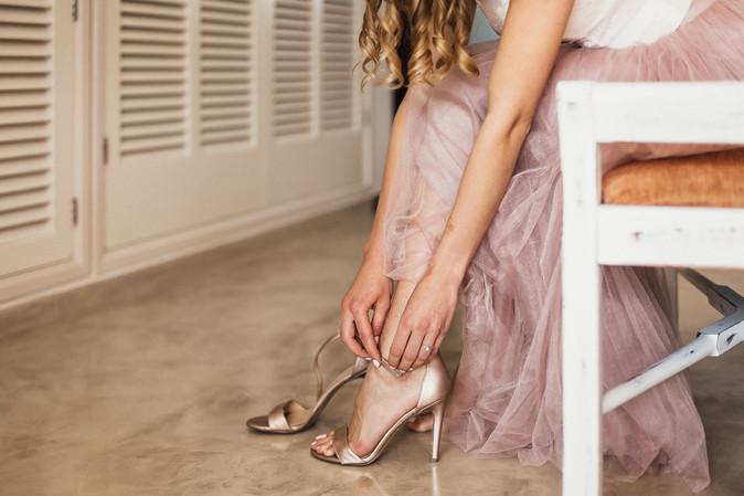 Detailaufnahme Brautschuhe anziehen
