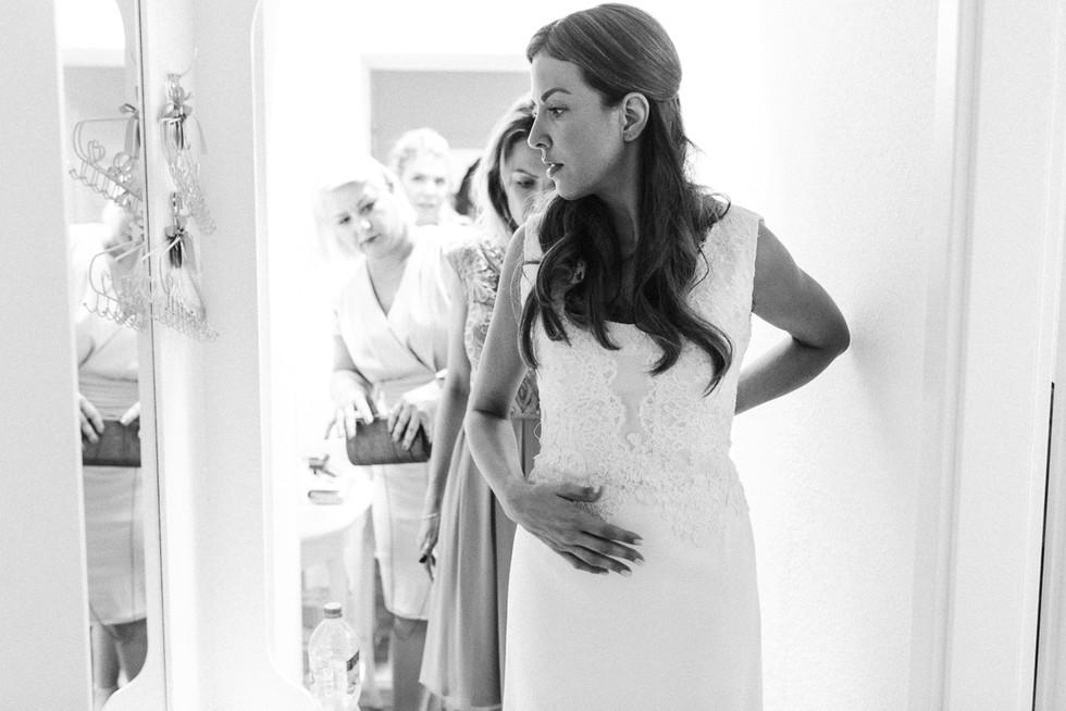 Braut und Brautjungfern beim Fertigmachen am Hochzeitstag