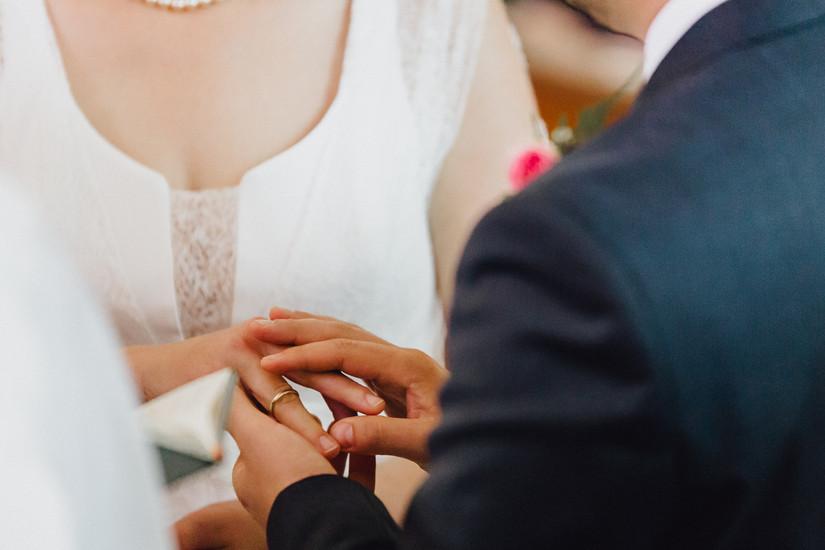 Hochzeitsfotograf Berlin, kirchliche Trauung, Brautpaar, Ringtausch