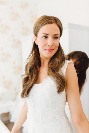 Braut im Brautkleid beim Fertigmachen