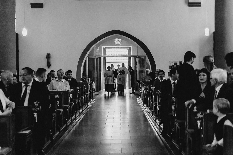 Hochzeitsfotograf Berlin, kirchliche Trauung, Einmarsch Brautpaar