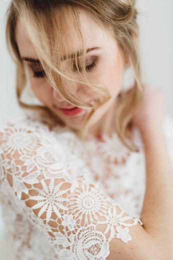 Braut beim Fertigmachen am Hochzeitstag
